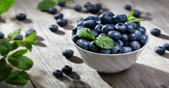 C'è un cibo insolito che fa bene per i capelli... indizio: è blu
