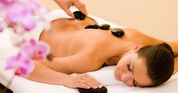 Hot Stone massage, il massaggio con pietre calde: caratteristiche e benefici