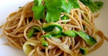 La pasta di farro con zucchine è il primo piatto light e goloso, amico della linea