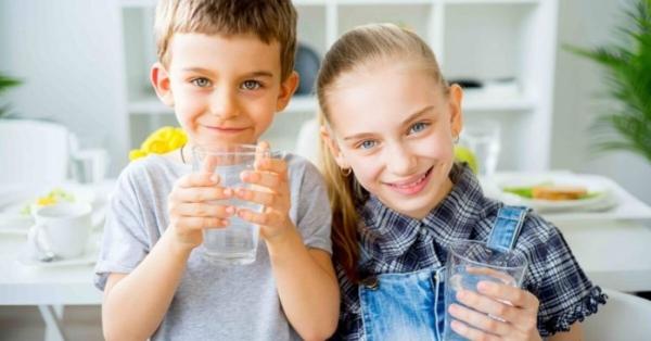 Come fare bere acqua ai bambini? Ecco i consigli degli esperti