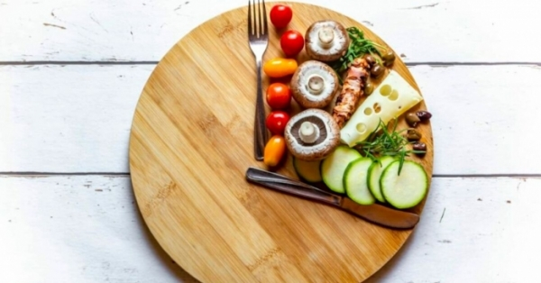Nuova tendenza, il digiuno intermittente. Il nuovo modo di mettersi a dieta senza rinunce e dimagrire in fretta